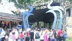 Người dân nô nức đến các điểm vui chơi trung tâm Sài Gòn