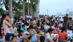 Dòng người đổ về trung tâm Đà Nẵng xem pháo hoa