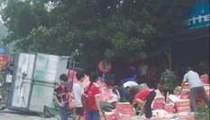Thực hư chuyện dân đổ xô  'hôi của' từ xe chở nho bị lật