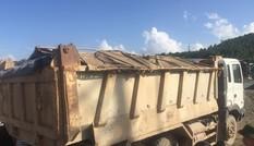 Xe tải chở đất nổ văng lốp, nhiều người suýt mất mạng