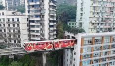 Lạ kỳ tàu hỏa đi xuyên qua chung cư