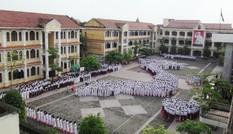 Học sinh xếp hình bản đồ Việt Nam trong lễ chào cờ