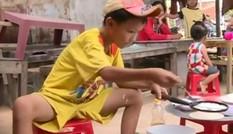 Video 'hot' trong tuần: Cậu bé bán bánh xèo 'nuôi' mẹ tâm thần