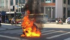 Xe máy bốc cháy ngùn ngụt giữa ngã tư