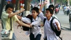 Ba người bịt mặt tấn công nam sinh viên ở sân trường