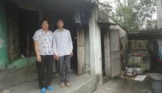 Hộ nghèo sống trong nhà chờ sập