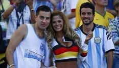 Người đẹp ngực khủng 'thưởng nóng' các cầu thủ Đức