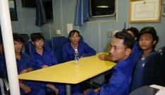 Tàu cá bị tàu lạ đâm chìm: 13 thuyền viên vào bờ an toàn