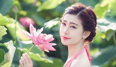 Nữ sinh Sư phạm khoe sắc tinh khôi bên hoa sen