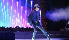 Ngọc Sơn nhảy điệu Michael Jakson trong đêm nhạc Đàm Vĩnh Hưng