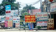 Tận thấy biển quảng cáo 'nuốt chửng' vỉa hè ở Hà Nội