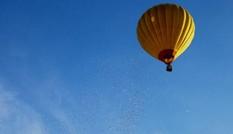 Dân Huế bức xúc về 'cơn mưa tiền' rải từ khinh khí cầu
