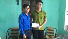 Tỉnh Đoàn Thanh Hóa tặng quà cho các thí sinh đạt điểm 10