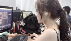 Cô gái Sài Gòn lộ lưng xăm hình chốn công sở gây 'bão'