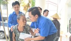 Trung ương Đoàn thăm, tặng quà nhân dân thiệt hại trong bão số 10