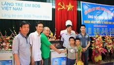 Trao quà cho trẻ mồ côi Làng trẻ SOS Thanh Hóa