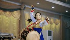 Những nữ nhân viên xinh đẹp và bí ẩn bên trong nhà hàng Triều Tiên