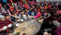 2.000 người tranh nhau ăn mì khổng lồ ở Trung Quốc