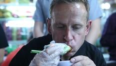Huyền thoại Dortmund ăn bánh xèo, bánh cuốn tại chợ Bến Thành