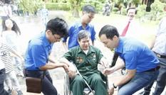 'Áo xanh' tình nguyện hỗ trợ cựu binh viếng Lăng