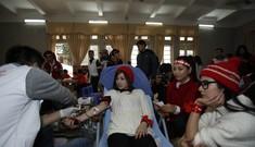 Nhiều bạn trẻ hiến máu tại Đại học Thương Mại