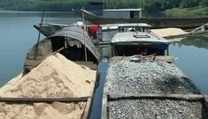 Bắt quả tang 10 thuyền máy hút trộm cát trên sông Hương