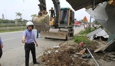 Hà Nội: Cận cảnh máy xúc bẻ cây, đập nhà tạm…đòi lại vỉa hè
