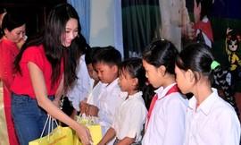 Hoa hậu Thu Thảo với học sinh nghèo