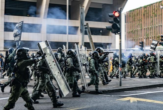 Người biểu tình Hong Kong ném bom xăng, cảnh sát bắn lựu đạn cay, phun vòi rồng