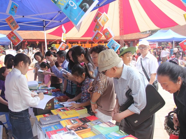Quầy sách truyền thống vẫn đông khách