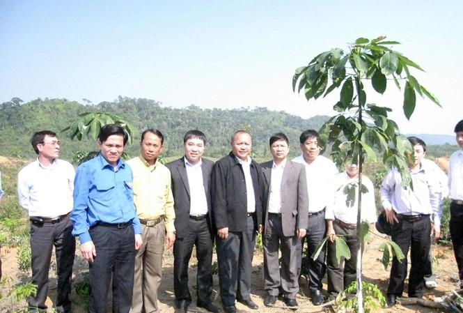 Bí thư T.Ư Đoàn Nguyễn Mạnh Dũng cùng lãnh đạo Tỉnh Đoàn Bolykhamsay tham quan dự án