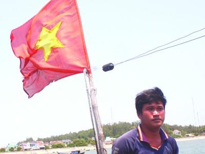 Quấn cờ Tổ quốc vào ngực, bám biển, giữ chủ quyền