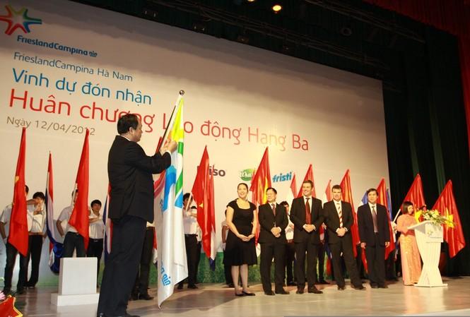 FrieslandCampina Hà Nam nhận Huân chương Lao động Hạng ba