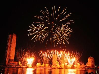 Sông Hàn bừng sáng kỉ niệm ngày thống nhất non sông