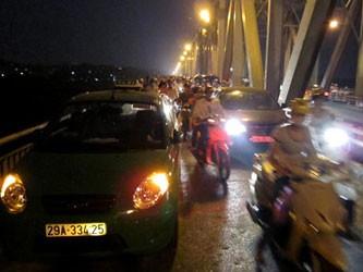 Nhảy cầu Chương Dương tự tử từ xe taxi