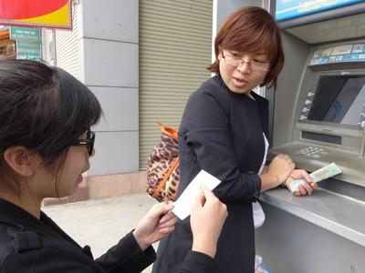 Thẻ ATM: Lớn tăng thu, nhỏ miễn phí