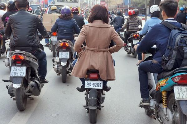 CSGT sẽ xử lý trường hợp điều khiển và ngồi trên xe đạp điện không đội mũ bảo hiểm