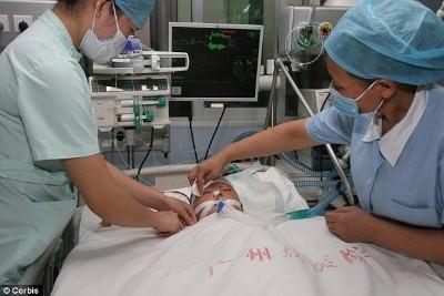 Em bé bị xe cán ở Trung Quốc đã qua đời