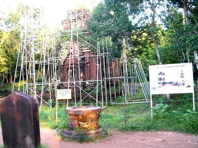 Nhiều đền tháp Mỹ Sơn vẫn trong cảnh chống đỡ để tồn tại Ảnh :Trí Quân