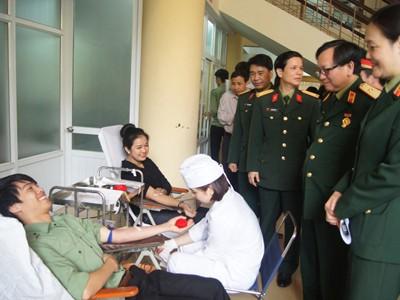 Sinh viên áo lính hiến máu