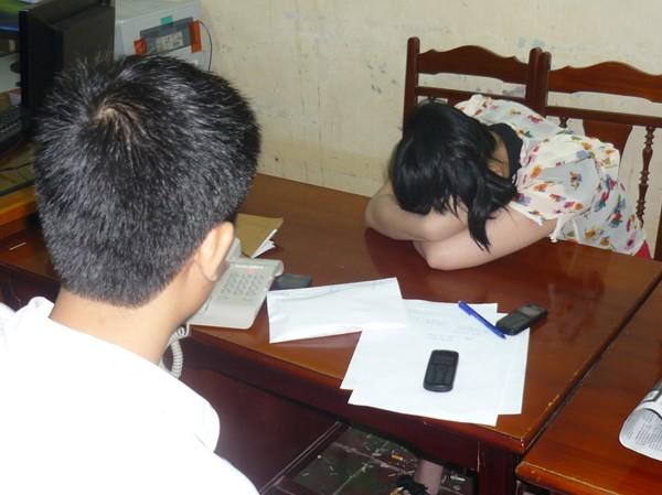 """""""Chân dài"""" Hồng Trang tại cơ quan điều tra"""