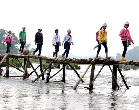 Hàng trăm học sinh phải lội sông đến trường