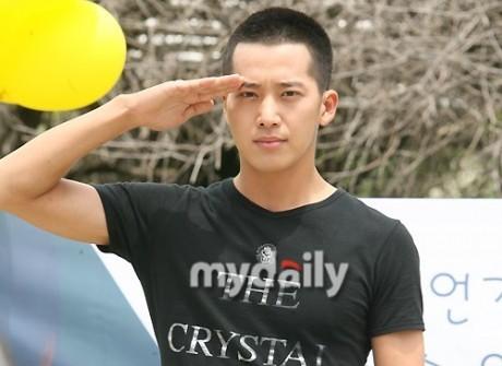Lee Wan lên đường nhập ngũ