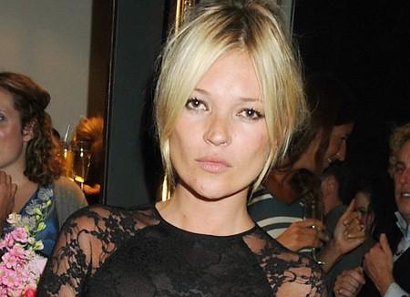 Siêu mẫu Kate Moss lộ đầu gối nhăn nheo