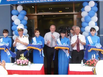 Chuẩn Đô đốc Nguyễn Văn Kiệm, ông Konstantin Silov, ông Nguyễn Chiến Thắng cắt băng khai trương văn phòng Cty Avrora