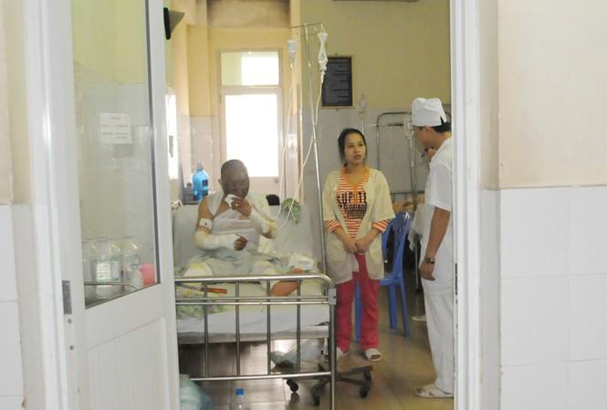 Bệnh nhân Đặng Văn Tiệp - một trong năm bệnh nhân đang điều trị tại Khoa bỏng người lớn. Ảnh: Tuấn Nguyễn