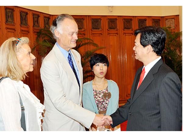Thủ tướng Nguyễn Tấn Dũng chào mừng ông Bernard Weber sang Việt Nam dự lễ trao danh hiệu công nhận kỳ quan thiên nhiên mới của thế giới cho Vịnh Hạ Long. Ảnh: Chính phủ