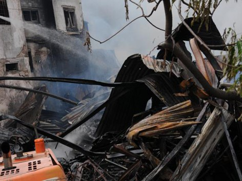 Nhà năm tầng thành đống đổ nát vì hỏa hoạn
