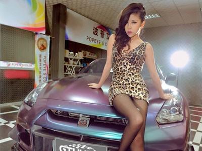 'Báo gấm' tạo dáng bên Nissan GTR