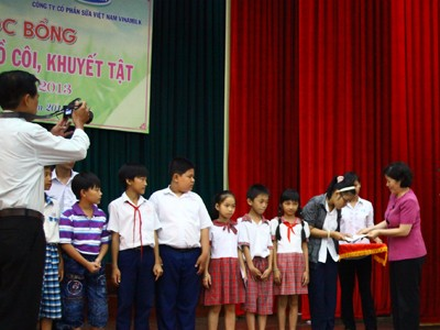 Vinamilk trao học bổng cho học sinh nghèo, mồ côi, khuyệt tật tại Bến Tre